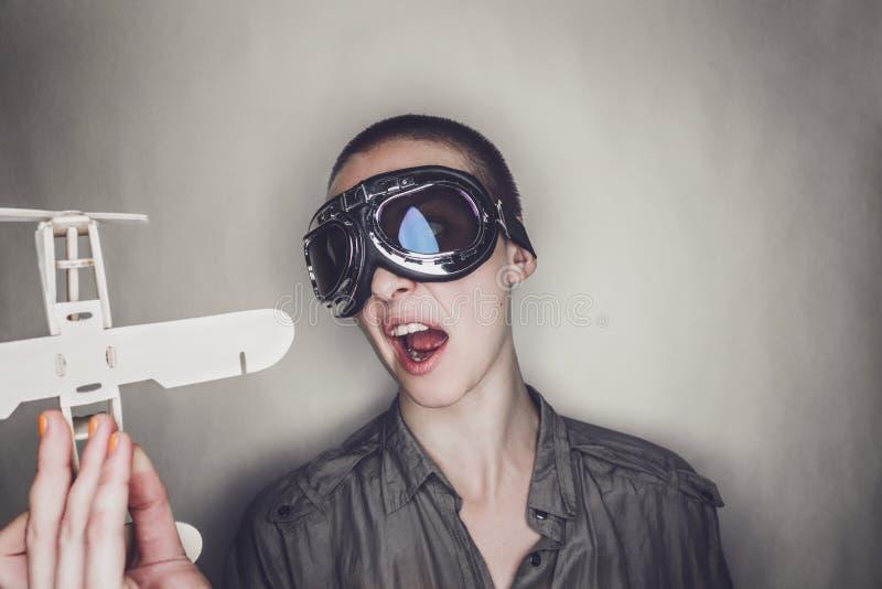 减速火箭的试验玻璃的女孩与木飞机 免版税库存图片