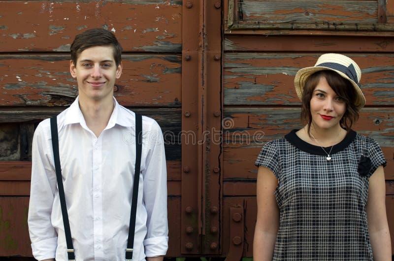 减速火箭的年轻爱夫妇葡萄酒滑稽的面孔工业设置 免版税库存图片