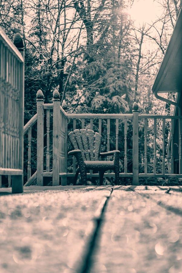 减速火箭积雪的Muskoka的椅子- 库存图片
