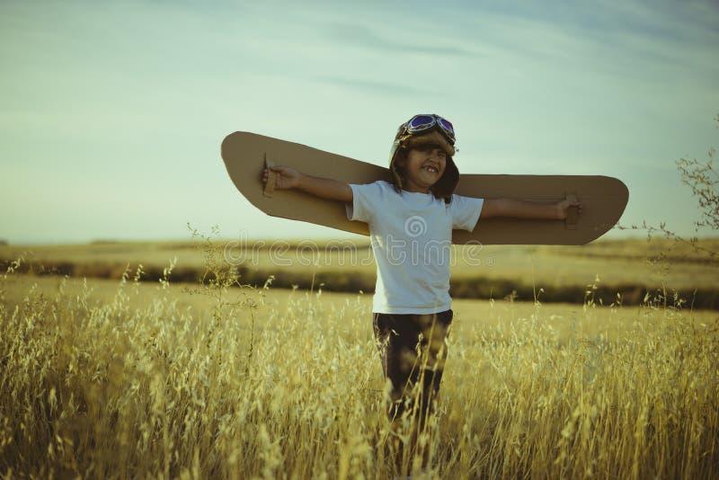减速火箭,使用的男孩是飞机飞行员,有飞行员的滑稽的人 库存照片