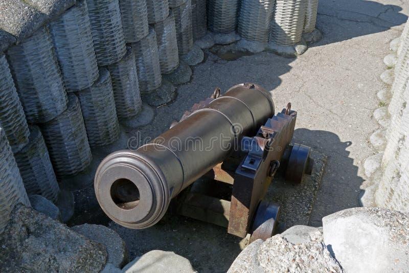 减速火箭黑色的炮铜 免版税库存图片
