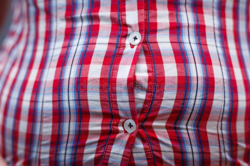 减重,速食,超重,节食的概念 紧的衬衣 库存图片