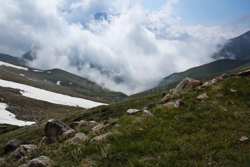 紧凑白色云彩接近的前面在峡谷它是 免版税库存照片