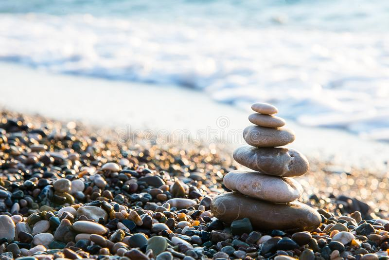 凝思在海的海岸线的禅宗石头在一好日子 免版税库存图片