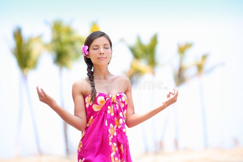 凝思思考在夏威夷海滩的禅宗妇女 免版税图库摄影