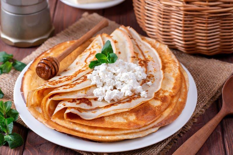 凝结在一块白色板材的稀薄的薄煎饼 堆绉纱,俄国blin 免版税图库摄影