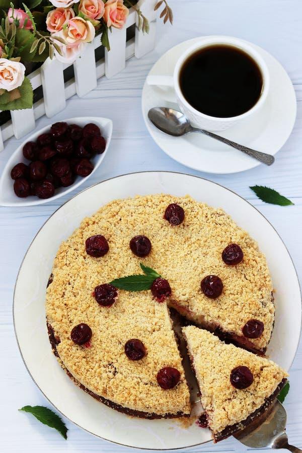 凝结蛋糕用与一块裁减蛋糕的樱桃 免版税库存照片