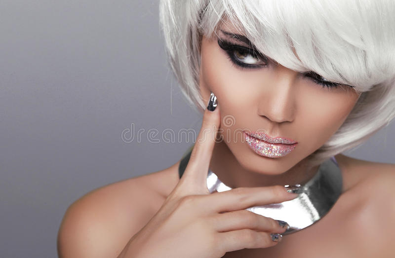 凝视。时尚白肤金发的女孩。秀丽画象性感的妇女。白色Sho 免版税库存照片