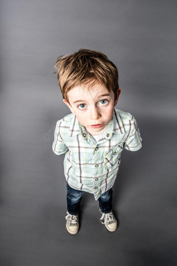 凝视为惊奇,大角度看法的震惊美丽的年轻男孩 库存图片