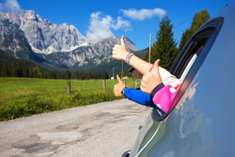 凝视在汽车外面的手 免版税库存照片