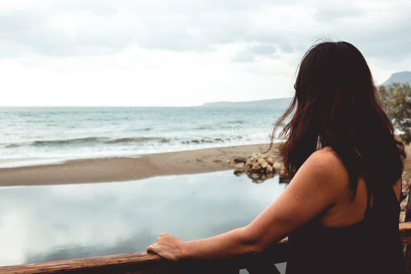 凝视海的妇女 图库摄影