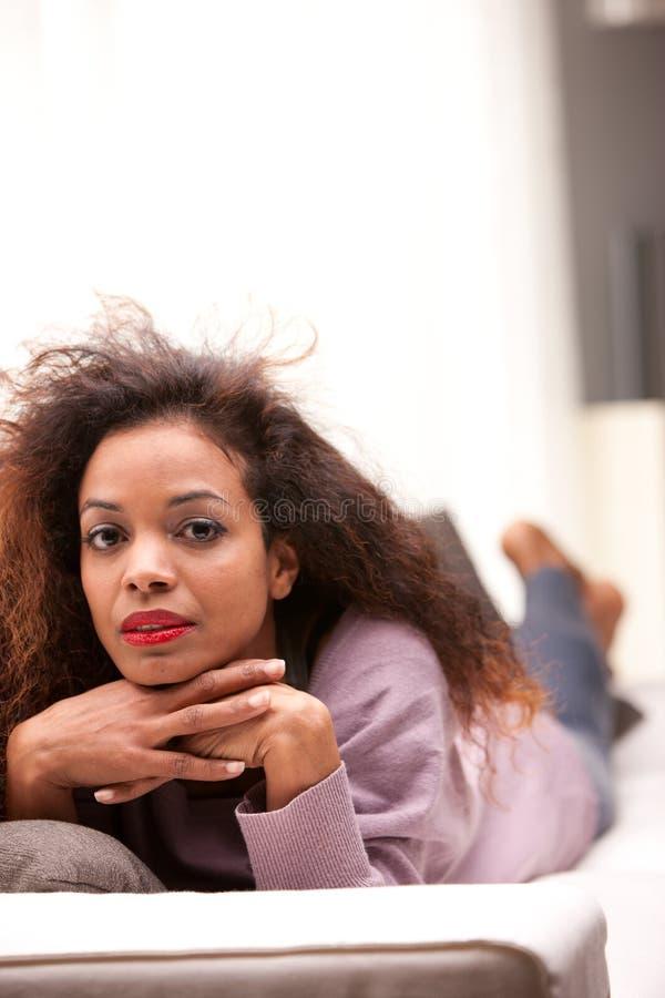凝视照相机的美丽的黑人妇女 免版税库存图片