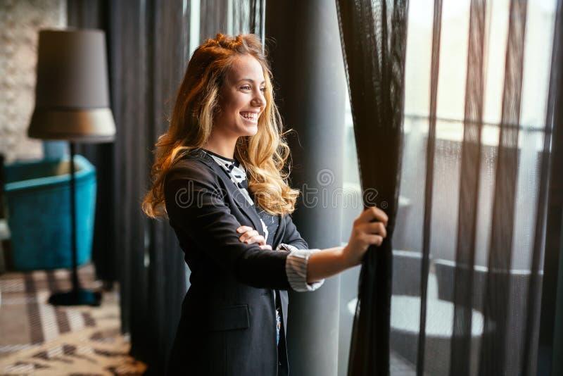 凝视通过窗口的迷人的妇女 免版税图库摄影