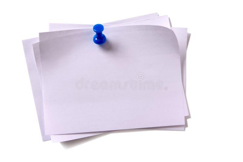 几不整洁白色稠粘的岗位笔记别住了图钉白色背景 免版税库存图片