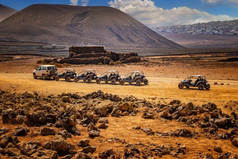 几个儿童车在美妙的沙漠风景的线 库存照片