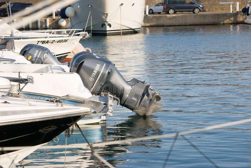 几个汽船被停泊在船坞 Yatchs在小游艇船坞 免版税库存图片