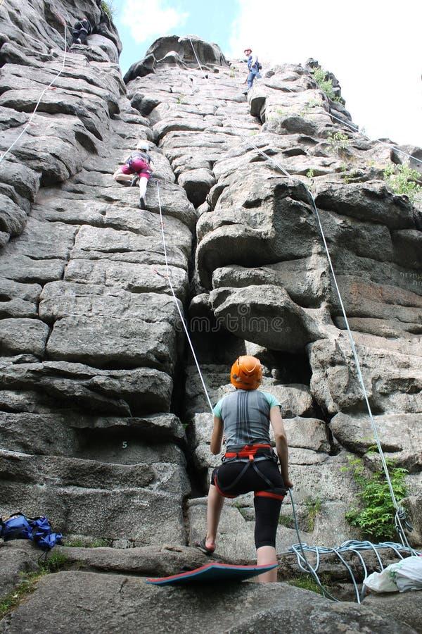 几个登山人在上面攀登绳索 免版税库存图片