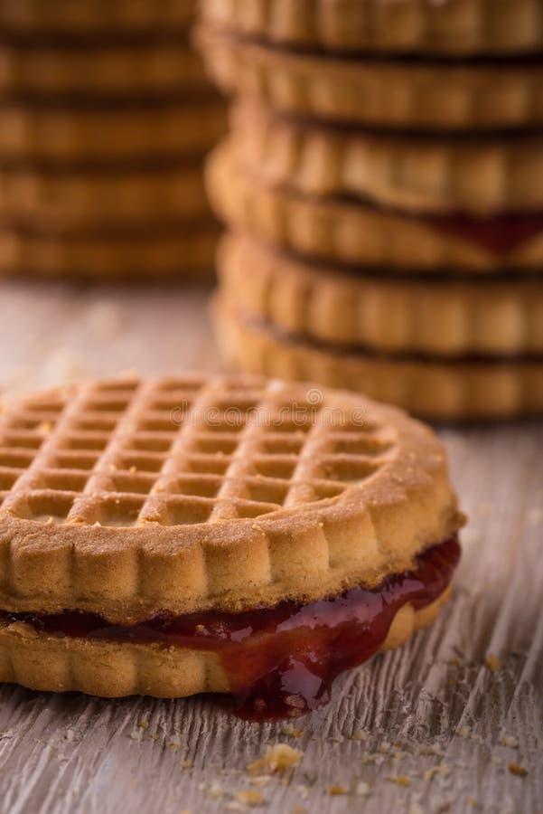 几个饼干用在轻的委员会的自创橘子果酱 库存图片