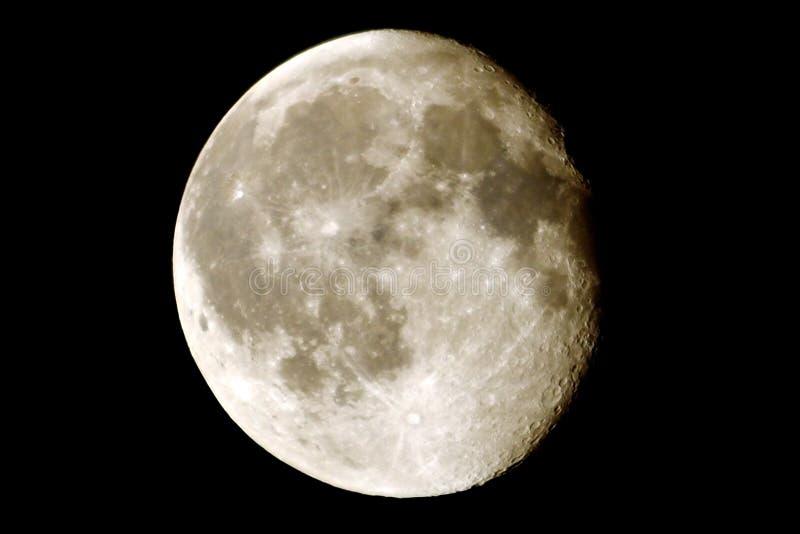 与火山口的月亮 免版税库存照片