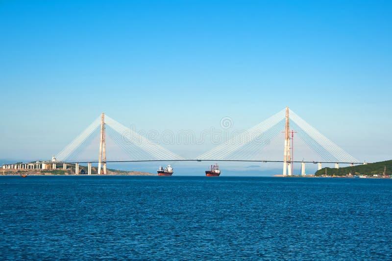 缆绳被停留的桥梁到俄国海岛 库存图片