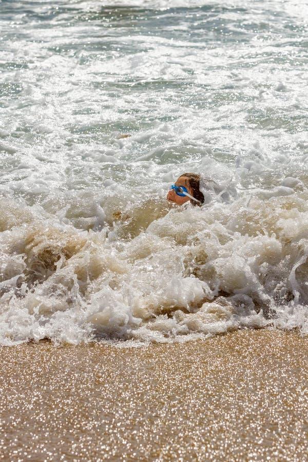 几乎没有保留她的头的女孩水面上在泡沫似的Ocea 库存照片