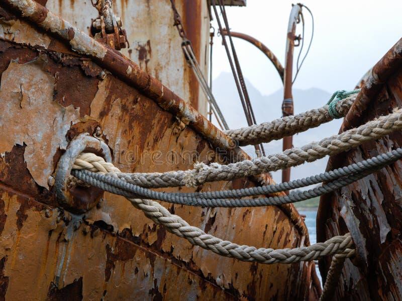 几乎被撕毁的老运输在渔夫小船击毁的绳索 库存图片