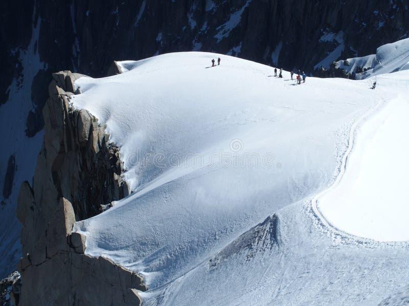 几位登山家,南针峰的,夏慕尼勃朗峰爬山者在法国阿尔卑斯 库存照片