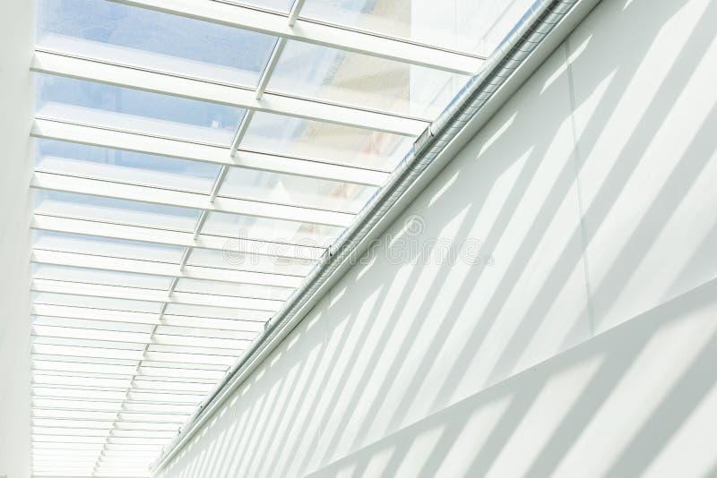 几何形状和样式在当代建筑学 在白色墙壁上的阴影 库存图片