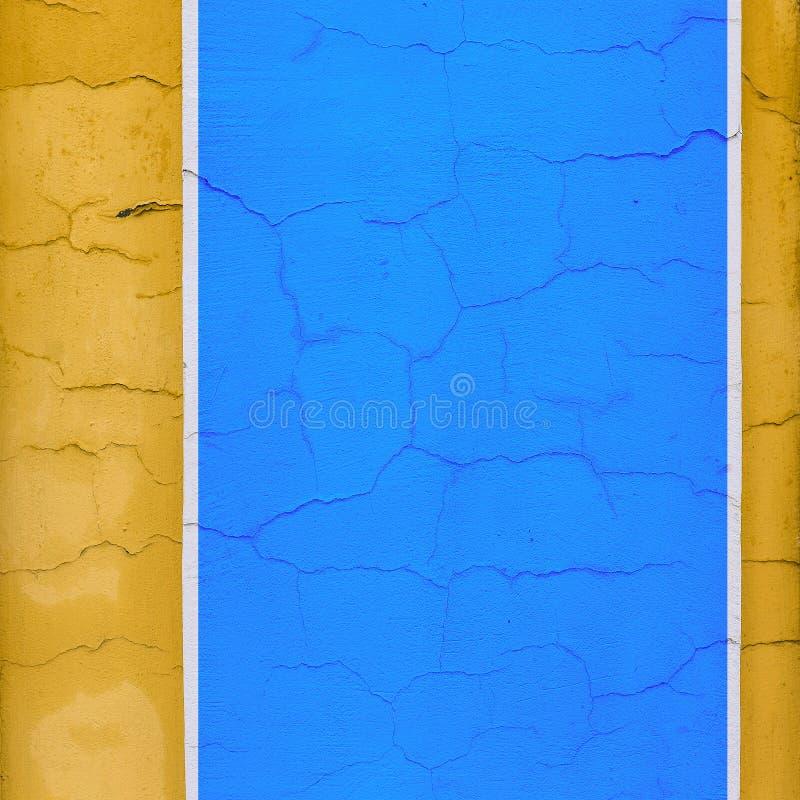 几何颜色块 有镇压的墙壁从晚年 大厦在黄色,白色和蓝色被绘 简单派,都市 库存图片