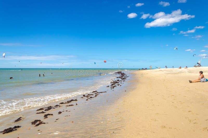 几冲浪在空气的风筝在Cumbuco 图库摄影
