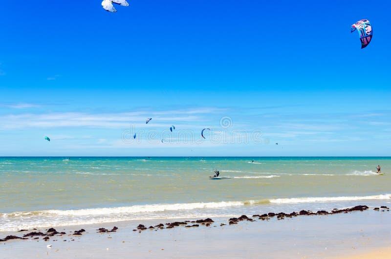 几冲浪在空气的风筝在Cumbuco 库存照片