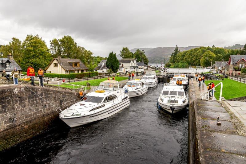 几条小船在堡垒奥古斯都停放了在等待的锁之间送进古苏格兰运河在奈斯湖,苏格兰附近 图库摄影