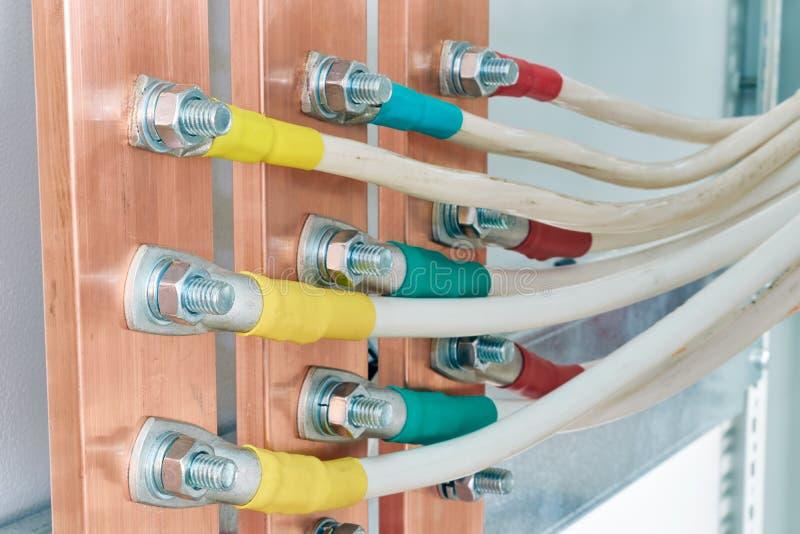 几根灵活的电缆或导线被连接上铜公共汽车 免版税库存照片