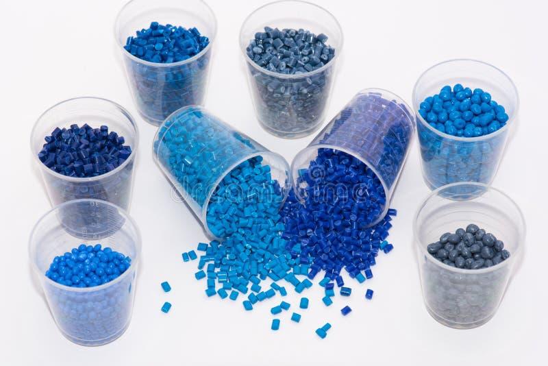 几蓝色塑料颗粒化 库存图片