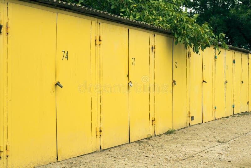 几被编号汽车车库的黄色户外 库存图片