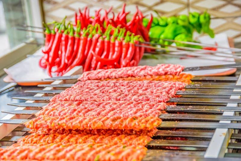 几阿达纳Kebab串排队了 库存图片