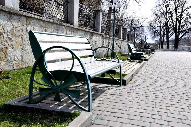 铁长凳在公园 图库摄影