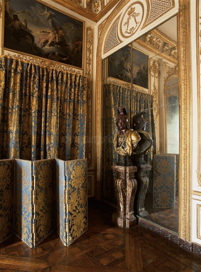 凡尔赛,法国- 2014年8月10日:有金装饰品和大镜子的木室在凡尔赛宫 库存照片