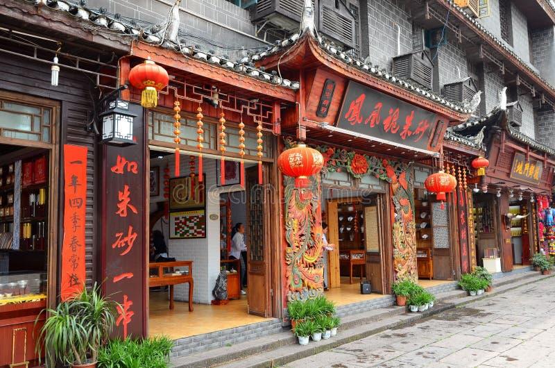 凤凰牌,中国- 2017年5月15日:在凤凰牌的菲尼斯洪桥梁附近购物街道 免版税库存图片