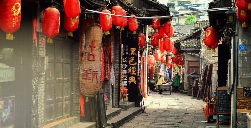 凤凰牌,中国- 2017年5月15日:在凤凰牌的菲尼斯洪桥梁附近购物街道 库存图片