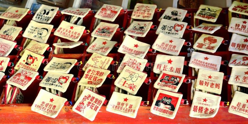 凤凰牌,中国- 2017年5月15日:在市场上的纪念品口袋在凤凰牌的菲尼斯洪桥梁附近购物街道 库存照片
