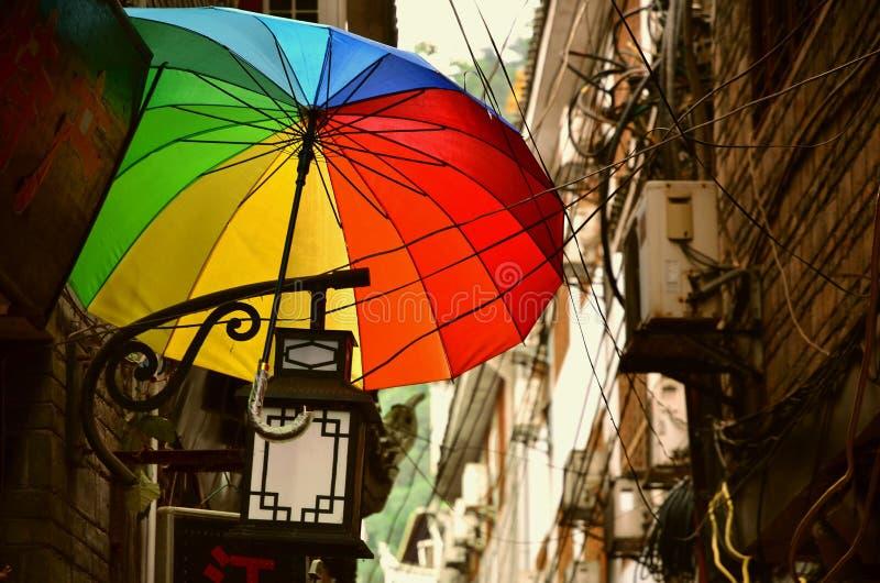 凤凰牌,中国- 2017年5月15日:彩虹伞的装饰在凤凰牌古镇菲尼斯古镇街道上的  免版税库存图片