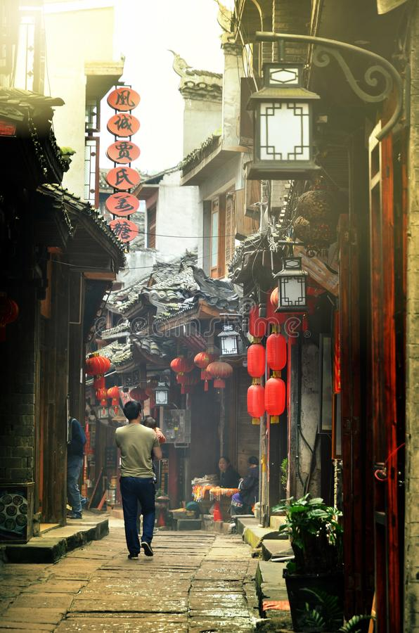 凤凰牌,中国- 2017年5月15日:有走在街道附近的孩子的人在菲尼斯凤凰牌市 图库摄影