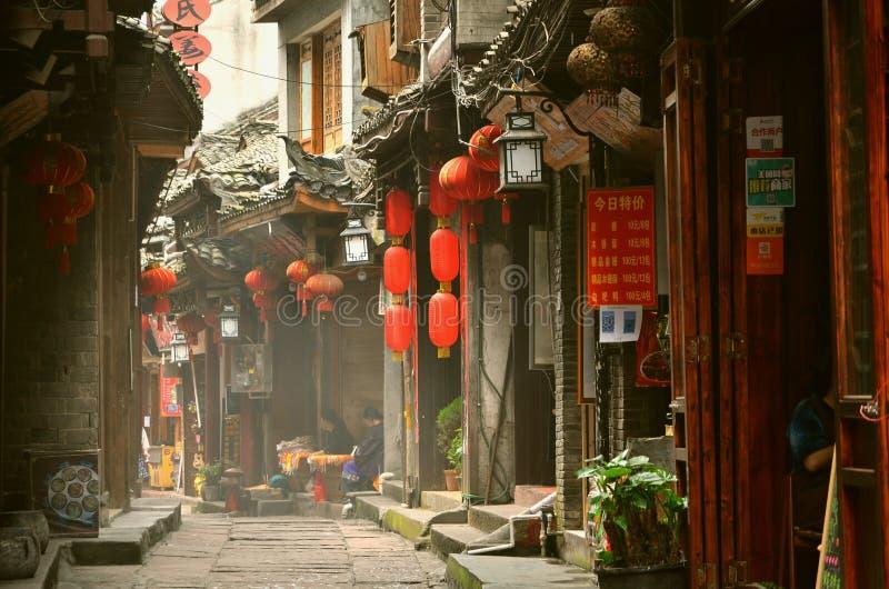 凤凰牌,中国- 2017年5月15日:红色lampions的装饰在凤凰牌古镇菲尼斯古镇街道上的  免版税库存照片