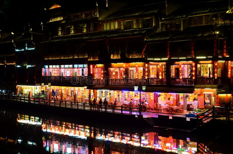 凤凰牌,中国- 2017年5月14日:食品店的人们在菲尼斯洪桥梁附近的河沿在凤凰牌 图库摄影