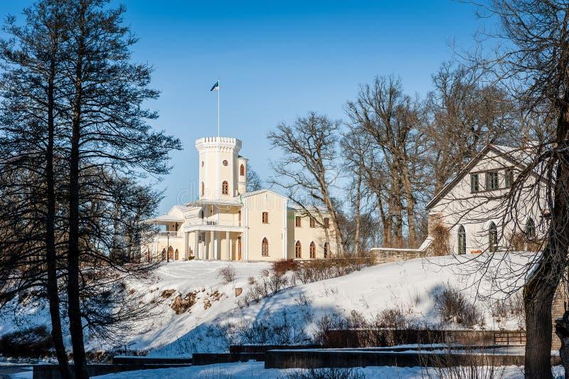 凯伊拉Joa,爱沙尼亚- 2018年3月5日:凯伊拉Joa庄园施洛斯秋天,19世纪身分neo-gothic样式大厦在hillsid的 库存图片