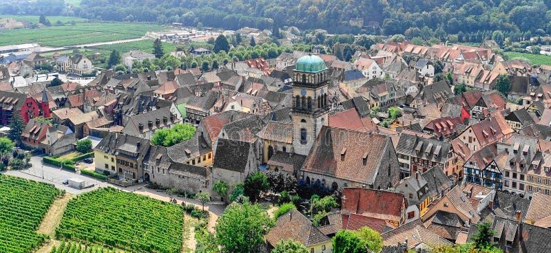 凯塞尔斯贝尔,法国中世纪阿尔萨斯村庄鸟瞰图  库存照片