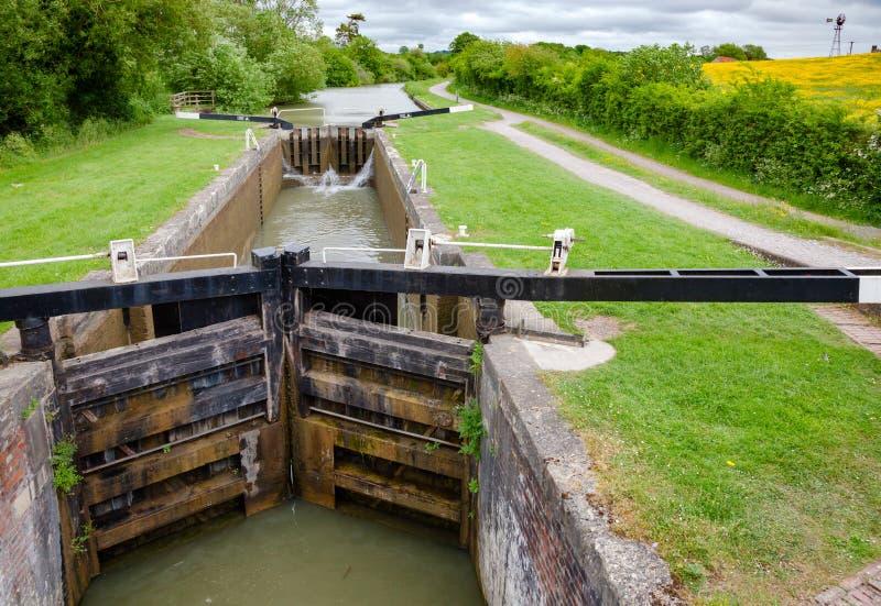 凯恩在Kennet的小山锁和在Devizes附近的Avon运河在Wiltshi 库存图片