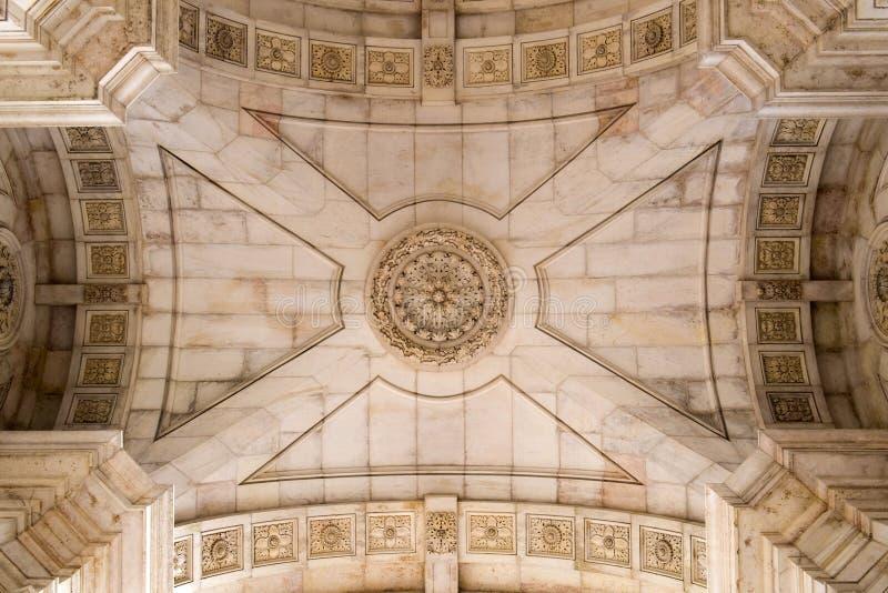 凯旋门的美妙地装饰的天花板在商务正方形普拉布蒂的在里斯本,葡萄牙 图库摄影