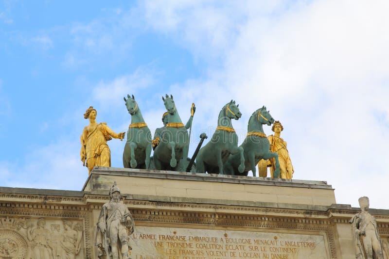 凯旋门du Carrousel在天窗外面在巴黎,法国 免版税库存照片
